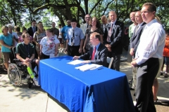 Photo of Governor Markell signing House Bill 123